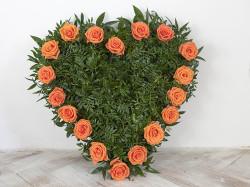 Zelené srdce lemované oranžovými růžemi